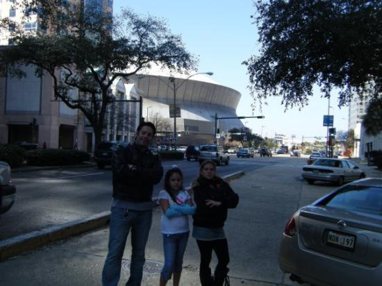 Mercedes-Benz Superdome: atras de nosotros se mira la parte frontal de el superdome, casa de los saints of new orleans.