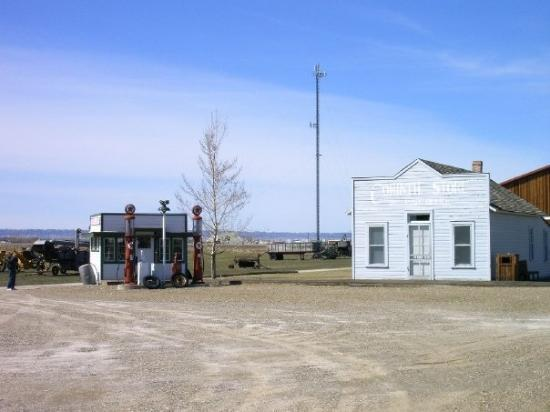 Big Horn County Historical Museum : Old gas station and general store at the museum.