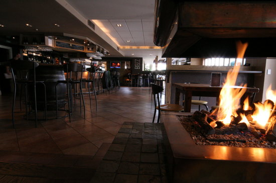 Brazz Steakhouse & Bar : trying to capture the beautiful fire and bar in the same shot