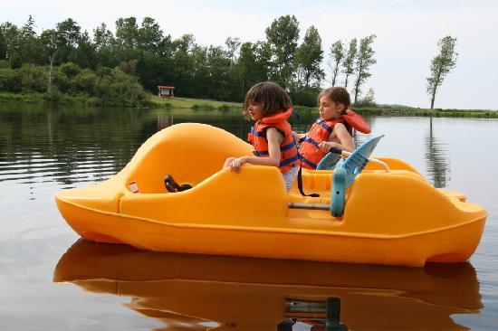 Pictou Lodge Beachfront Resort : paddle boat in the safety of Grahams Pond