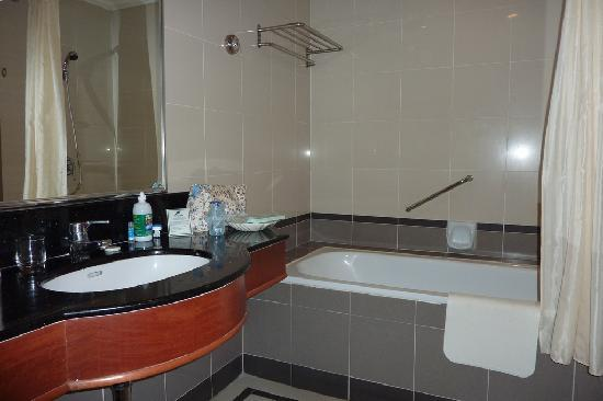 Bayview Hotel Georgetown Penang: The bathroom with large bath