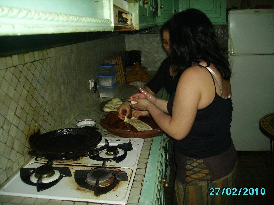 Riad Massin: preparation des crepes du matin avec rachida