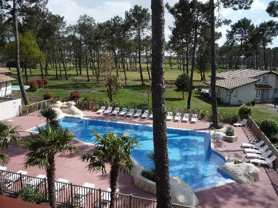 Résidence Odalys Les Greens du Bassin : vue sur la piscine depuis notre terrasse