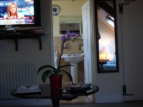 Kegworth House: Tv & Bathroom