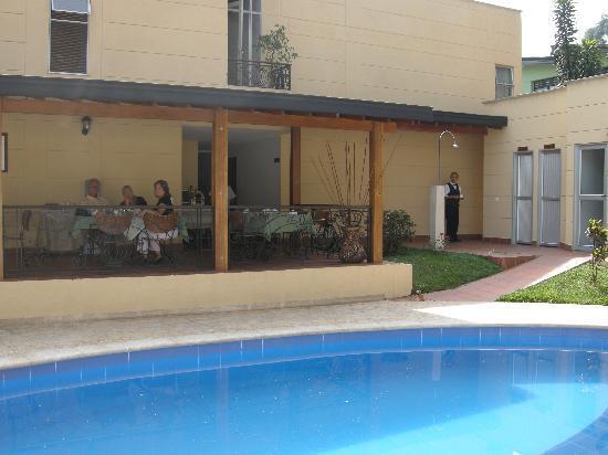Hotel Portales del Campestre: pt déjeuner au bord de la piscine