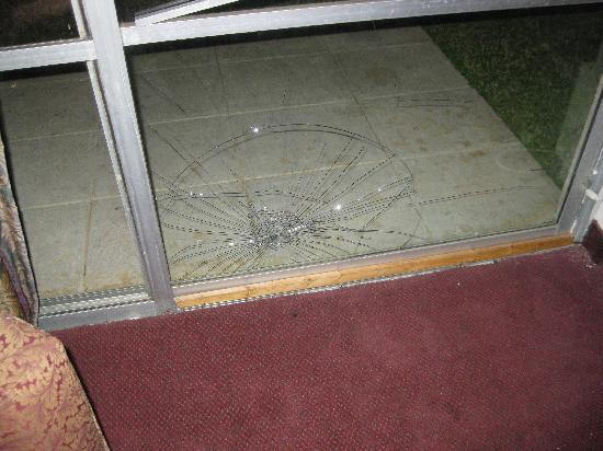 Emerald Palms Hotel and Conference Center: Kicked Out Window