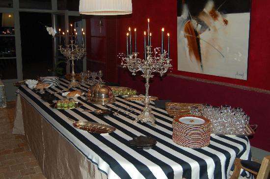 Craon, Prancis: buffet pour la soirée