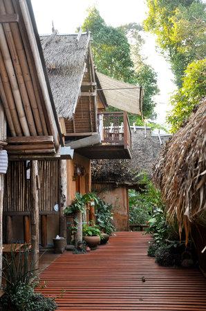 Soppong River Inn: Bungalows along the deck
