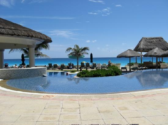 JW Marriott Cancun Resort & Spa: Poolside