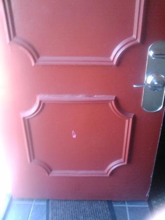 Residence Inn Birmingham Inverness: gum on the door