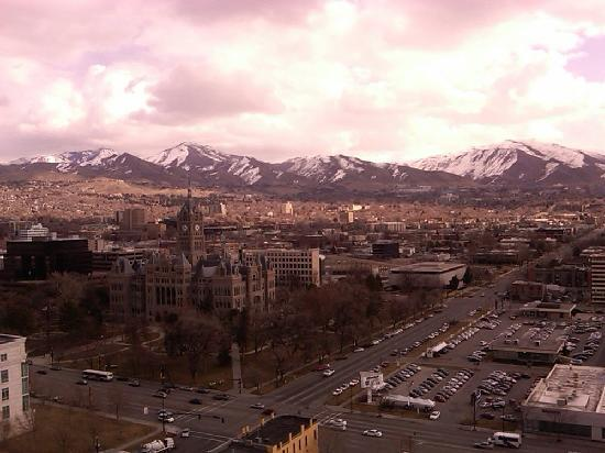 Grand America Hotel : View of Salt Lake City and mountains from room on 22nd floor