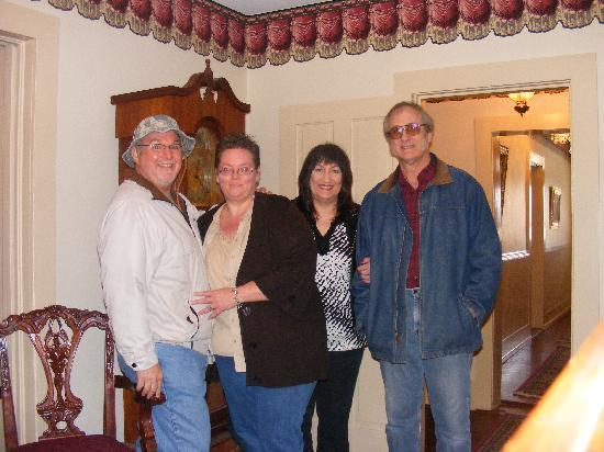 Wittmond Hotel Restaurant: Darla & Bob with the Wooden Indian