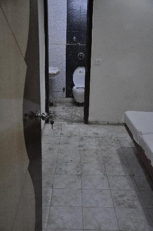 Hotel Raunak International: dirty room