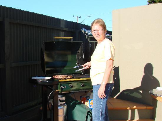 Kaikoura Gateway Motor Lodge: Barbeque by the Pool!