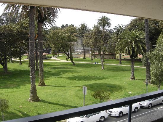 بست ويسترن بيتشسايد إن: View from balcony facing park