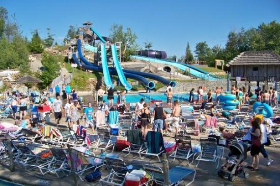 Old Forge, Νέα Υόρκη: Lainie was coming out of the aqua slide on the right where the 2 are together.  lol  We both did