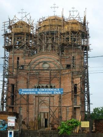Bacau, Rumænien: One of many churches undergoing remodeling.