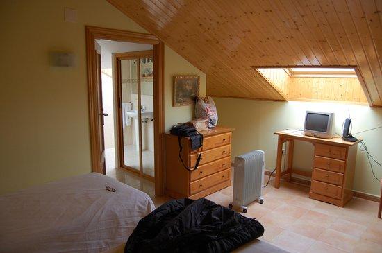 Hotel Conde de Badaran : tele y aseo armario