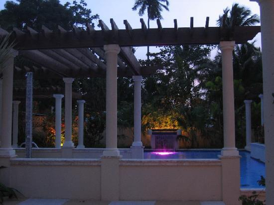 Blue Boy Inn: Pool at dusk