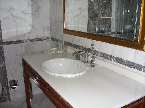 Acra Hotel: Bathroom