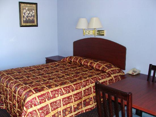 Colonial Inn: Queen Bed Room