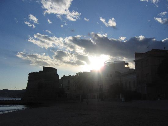 Alassio, Italien: Torre saracena al tramonto