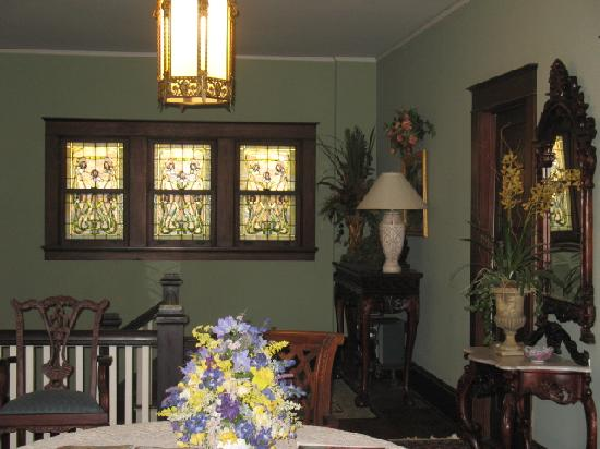The Georgian Inn : Stained glass windows