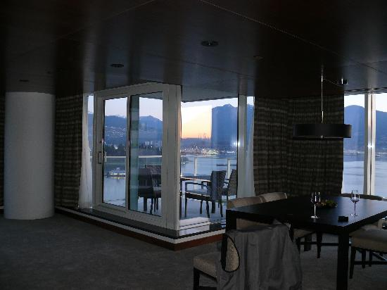 Fairmont Pacific Rim: Indoor/outdoor dining