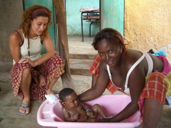 Kedougou, Sénégal : senegal,con saly en la bañera