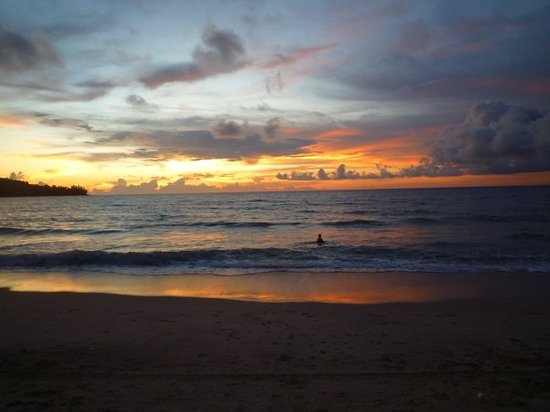 Kamala, Tailândia: Un autre merveilleux coucher de soleil sur la plage...