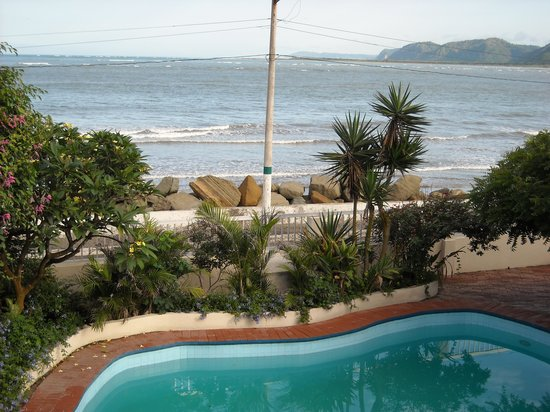 CasaGrande Oceanfront Boutique Hotel: A beautiful view of the pool and high tide.