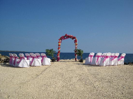 Coral Cove Resort: Wedding ceremony set up