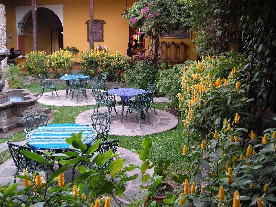 Hotel Casa Antigua: fountain/courtyard