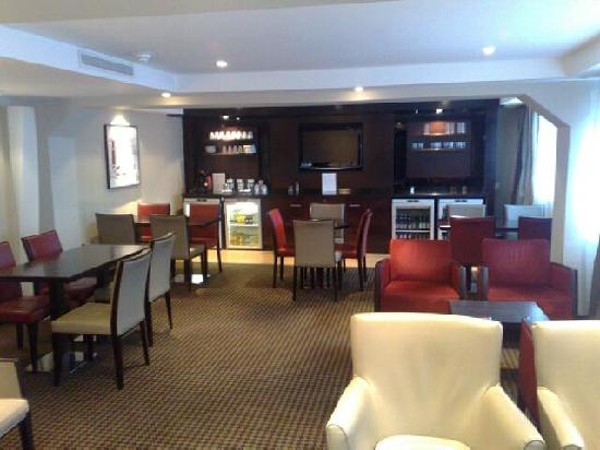 Crowne Plaza Manchester Airport: The club lounge is between reception and the lifts