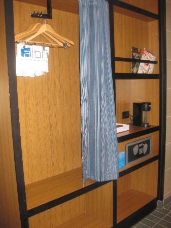 Aloft Chesapeake: Closet