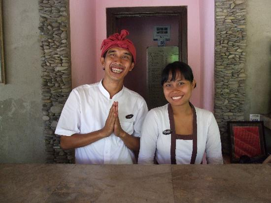 Green Field Hotel and Bungalows: Artha and Feny at reception