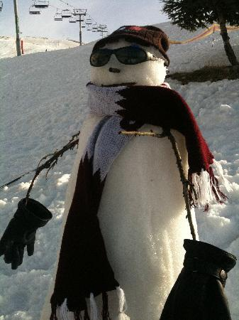 Kfardebian, Liban: Snow man near the hotel's slope