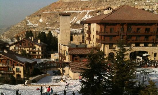 Kfardebian, Libanon: Veiw of the hotel from the slope