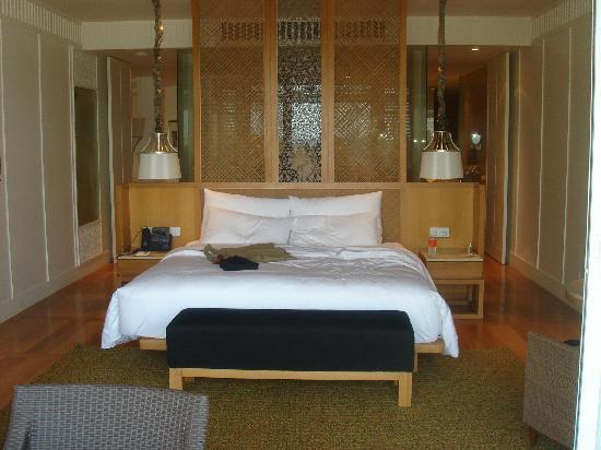 InterContinental Hua Hin Resort: Bedroom with the bathroom behind it
