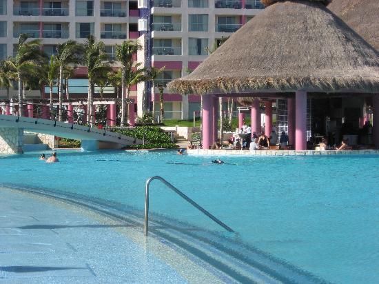 The Westin Lagunamar Ocean Resort Villas & Spa, Cancun: Swim-up Poolbar