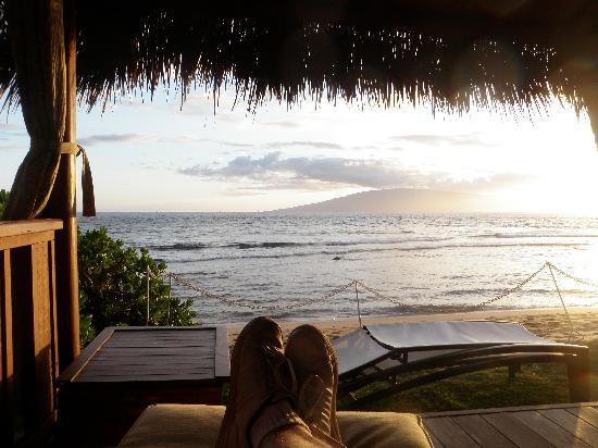 Hyatt Regency Maui Resort and Spa: Mind the feet, but is there a better way to catch a sunset?