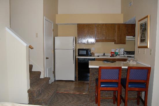 Cloverleaf Suites Lincoln Nebraska: kitchen 2