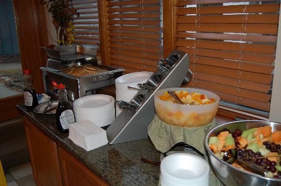 Cloverleaf Suites Lincoln Nebraska: great breakfast buffet 2