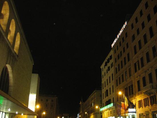 左がテルミナ駅で 右がホテル