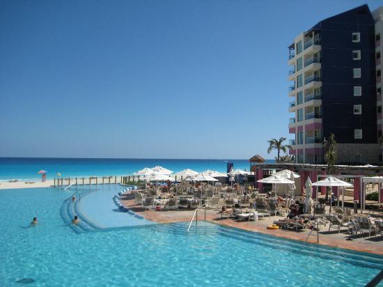 The Westin Lagunamar Ocean Resort Villas & Spa, Cancun: View from bridge over the pool.