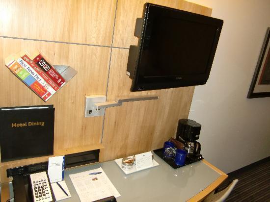Flat-TV und Schreibtisch