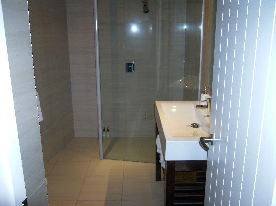 Very well-appointed bathroom.