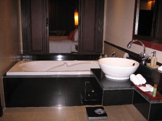 Clean and Relaxing Bathroom/Bathtub at Siripanna Grand Villa Resort