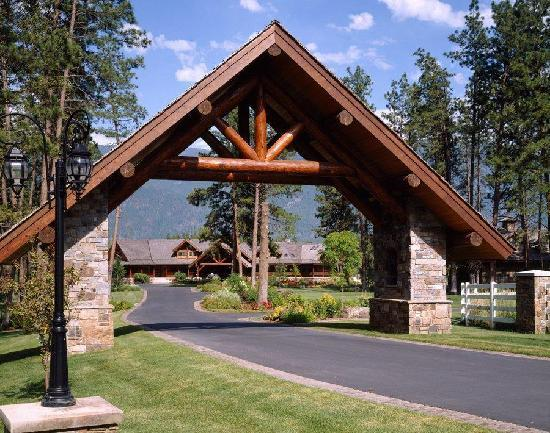 Glacier Mountain Lodge: The entrance to the lodge