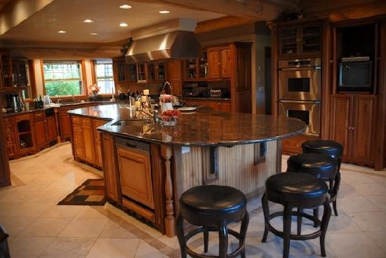 Glacier Mountain Lodge: The kitchen at the lodge